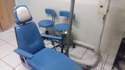 Cadeira, mesa, mochos e Refletor Consultório Odontológico