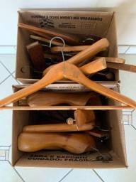Brechó: 18 cabides de madeira (tudo por R$ 30)