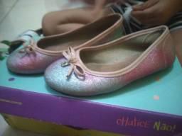 Sandálias de menina.