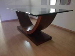 Mesa com tampo de vidro.