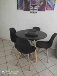 Mesa Eiffel redonda preta 90 cm com quatro cadeiras