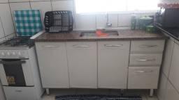 Gabinete de cozinha em metal com pedra