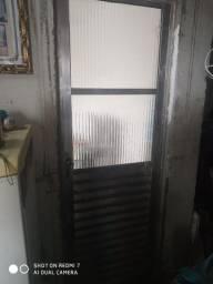 Porta e janela toda boa , colocado o parafuso