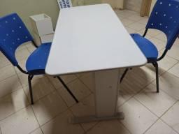 Duas cadeiras e mesa para escritório