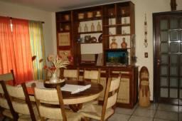 Excelente Jogo de Jantar - Madeira - 2 Estantes e Mesa com 8 Cadeiras