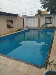 Quarto em casa com piscina