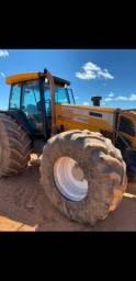 Trator de pneus com grande nova