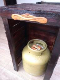 Vendo um suporte para botijão de gás todo envernizado