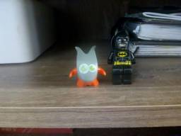 Boneco do Kinder Joy e outro de lego batman