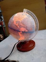 Globo mundial luminoso, base em madeira