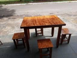 Mesa de madeira, com 4 tamboretes