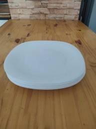 Pratos brancos de vidro