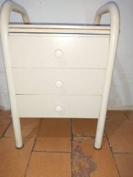 Mesa de cabeceira com 3 gavetas