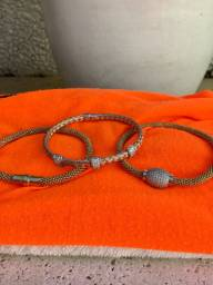Conjunto de três pulseiras de ródio e detalhes em prata e cristais