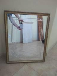 Espelho retangular com moldura.