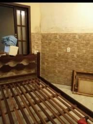 Vendo cama de madeira e janela completa!