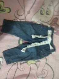 Jardineira e calça jeans