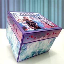 Caixa surpresa personalizada com bolo e docinhos