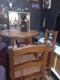 Mesa com 4 cadeiras excelente para decorar seu barzinho
