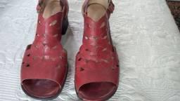 Título do anúncio: Sandálias lindas novas ( sem uso)