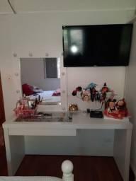 Penteadeira com espelho camarim, escrivaninha e painel de TV