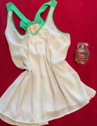 Blusa branca com laço verde
