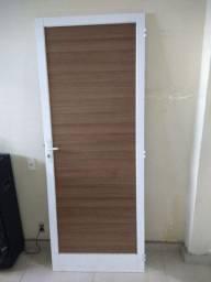 Porta de madeira com a acabamento em alumínio