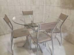 Mesa quatro cadeiras.