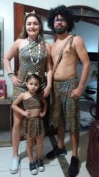 Fantasia homem, mulher e filha das cavernas