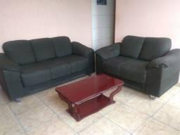 Título do anúncio: Sofa bem conservado com uma mesa de centro em madeira e 2 capas de sofá.