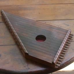 Antiga cítara manual em madeira