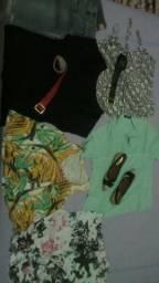 Vinte e poucas peças de roupa feminina