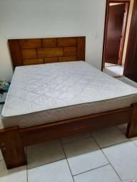 Cama de casal de madeira e com colchão
