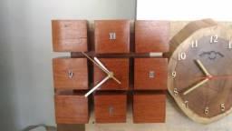 Relógios de parede em madeira rústico.
