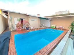 Casa com piscina e hidro próxima ao Praia Clube
