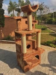 Arranhador de gato feito em madeira e pelúcia