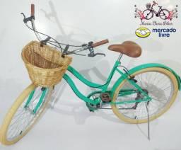 Bicicleta estilo retrô vintage beach com cesta de vime e marchas