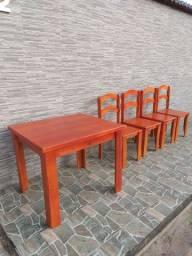 conjunto de mesa e cadeiras de madeira.