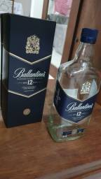 Garrafa de whisky Ballantines vazia com caixa