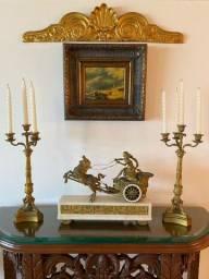 Lindíssima Garniture composta de relógio com dois candelabros