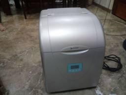 Maquina para fazer gelo com defeito.