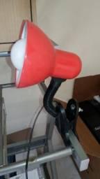 Luminária com garra vermelha