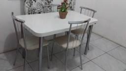 Mesa com 4 cadeiras em bom estado!!!