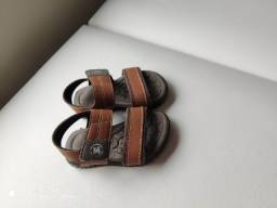 Roupas infantis e sandálias de menino