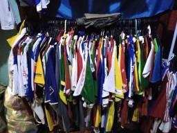 Diversas camisas a venda