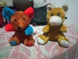 Dois ursos de pelúcia