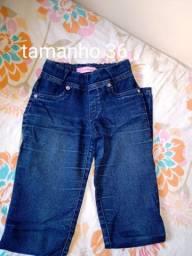 3 calças jeans 1 calça de abrigo e um short infantil