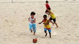 Escolinha de futebol de areia .