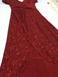 Vestido vermelho de festa com detalhes em renda e aplicações de brilhinhos. Tam 46