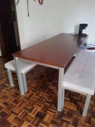 Mesa grande com bancos